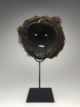 Маска из окаменевшей скорлупы кокосового ореха