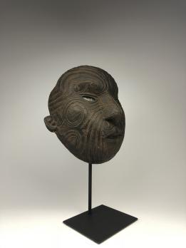 Репродукция маски маори Оклендского военно-исторического музея (Auckland War Memorial Museum)