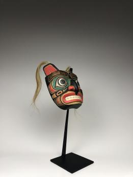 Антропозооморфная полихромная маска (современная работа) ястреба в стиле индейцев белла кула (нуксалк) северо-западного побережья Америки