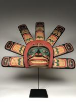 Полихромная маска (современная работа) солнца в стиле индейцев хайда северо-западного побережья Америки_0