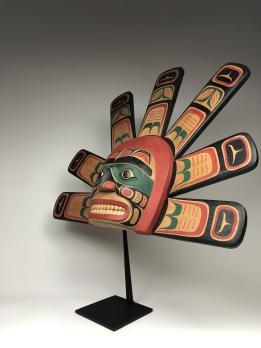 Полихромная маска (современная работа) солнца в стиле индейцев хайда северо-западного побережья Америки